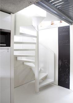 Photo DH73 - SPIR'DÉCO® Caisson. Escalier design en métal et béton ciré s'intégrant dans une architecture contemporaine. Marches formant bac pour recevoir un béton ciré pour un escalier métallique silencieux. Les clients ont choisi un ciment blanc pour un effet ton sur ton, tout en pureté et sobriété qui rappelle le sol en résine. Rampe formant un voile en tôle roulée découpée en crémaillère inversée en partie basse. Finition : laque blanche. - © Photo : Nicolas GRANDMAISON