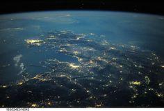 Αυτή η νυχτερινή φωτογραφία τραβήχτηκε 354 χιλιόμετρα μακρυά από τη Γη. Φαίνονται κατά βάση η Θεσσαλονίκη (περίπου στο κέντρο), η Αθήνα (στο κέντρο αριστερά) και η πρωτεύουσα των Σκοπίων (κάτω δεξιά).