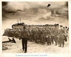 1944, France, Normandie, POWs allemands sur une plage prêts à embarquer sur un navire des US Coast Guards