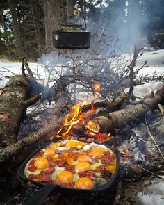 Excellent bushcraft techniques that all wilderness hardcore will most likely want to know today. This is most important for bushcraft survival and will definitely defend your life. Bushcraft Camping, Camping And Hiking, Camping Survival, Camping Life, Camping Meals, Camping Hacks, Camping Cooking, Camping Grill, Travel Hacks