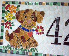 Placa com número residencial para áreas externas feita em base de cerâmica. Trabalho em mosaico com pastilhas de vidro e cristal. Acompanha argamassa para ser assentada em muros, paredes ou pode ser feita com furos para ser afixada com parafusos.    Tamanho: 20 de largura x 40 de comprimento  Pod...