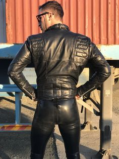 the combination of the leather jacket with the rubber pants is hot. Mens Leather Pants, Tight Leather Pants, Biker Leather, Latex Men, Unisex Clothes, Unisex Outfits, Leder Outfits, Fashion Moda, Super Skinny Jeans