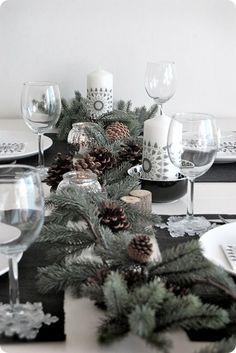 Une table de Noël décorée de manière naturelle, avec des touches blanches et argentées