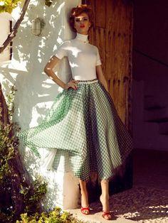 На обложке L'Officiel Paris февраль 2012 года Шанель Иман (Chanel Iman), которая была позировала в нарядах с яркими принтами из коллекции Dolce & Gabbana весна-лето 2012 Немецкую модель…