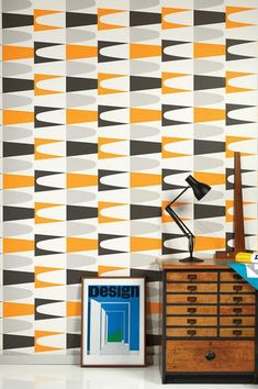 Our wallpaper Jaron is characterised by a stunning pattern of arcs and spikes in contrasting colours. The contemporary retro design is emphasised b. Orange Wallpaper, Bold Wallpaper, Graphic Wallpaper, Palm Springs, Flower Power, Design Retro, Buy Wallpaper Online, Diy Tumblr, Art Textile