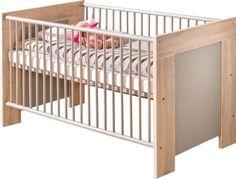 Dieses Kinderbett von MYBABY schafft eine helle und freundliche Atmosphäre in Ihrem Babyzimmer. Das eichefarbene Bett ist aus einer hochwertigen Flachpressplatte mit sägerauer Oberfläche gefertigt. Die natürliche Gestaltung wird mit Akzenten in hellem Grau ergänzt. Die Maße der Liegefläche betragen ca. 70 x 140 cm. Hier schläft Ihr Baby bequem und kann voller Energie die Abenteuer des neuen Tages erleben. Die Seitenteile und Sprossen garantieren dabei ein hohes Maß an