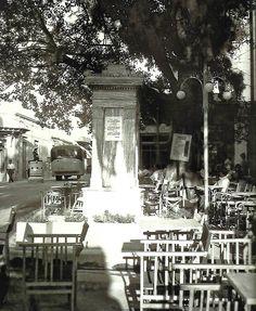 ΧΑΛΑΝΔΡΙ Η πλατεία του Χαλανδρίου το 1948 με φόντο την κρήνη και τα τραπεζάκια των καφενείων.  Στο βάθος διακρίνεται ο τροχονόμος της εποχής. Αρχείο Μουσείο Μπενάκη Old Photos, Greece, Snow, Outdoor, Old Pictures, Greece Country, Outdoors, Vintage Photos, Outdoor Games