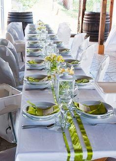 bíle prostřený stůl