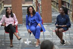 Former first lady Michelle Obama chats with 20 high school senior girls at Whitney Young Magnet School on November 2018 in Chicago, Illinois. Obama is in town to kick off a tour to promote her. Get premium, high resolution news photos at Getty Images Michelle Obama Fashion, Michelle And Barack Obama, Evelyn Lozada, Presidente Obama, Khloe Kardashian, Her Style, Black Girls, Style Inspiration, Stylish
