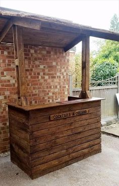 We love to have our very own personal cocktail bar at our home to entertain and impress our guests. Here we have this awesome easy to build pallet wood bar installation. You can build it in your patio to enjoy the garden environment surrounding the bar. Pool Bar, Bar Patio, Patio Diy, Deck Bar, Diy Outdoor Bar, Outdoor Bar Stools, Backyard Bar, Backyard Ideas, Outdoor Garden Bar