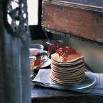 Frittella da servire con confetture, burro, miele e sciroppo d'acero, i pancake sono tipici della colazione nordamericana. Prova la ricetta di Sale&Pepe.