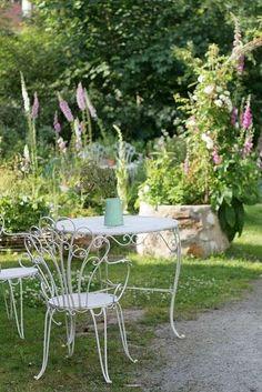 Ellen's garden is beautiful: romantic, tidy but not tamed, authentic. Garden, Perennials, Garden Chic, Small Gardens, Shabby Chic Garden, Dream Garden, Garden Decor, Beauty Gardens, Porch Garden