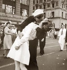 """Iconic """"sailor kissing woman"""" photo toward the end of WWII"""