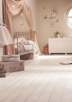 Pastel pour une chambre d'enfant tout en douceur. Sol plastique imitation chêne blanchi