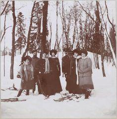 Tsarskoe Selo 1912 - 1913, inverno, a partir da esquerda: Grã-duquesa Anastasia, Imperador Nicolau II, sua irmã Grã-duquesa Olga Alexandrovna, Grã-duquesa Tatiana, um oficial, Lady Anna Vyrubova, Grã-duquesas Olga e Marie com trenós.