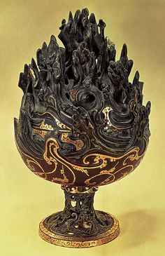 """Boshan (""""montaña de las hadas""""), recipiente para quemar incienso de bronce con incrustaciones de la tumba de Liu Sheng, c. 120 a.C."""