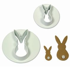 Leuke mini konijntjes. Eenvoudigweg marsepein of rolfondant dun uitrollen, uitsteken met de cutter.