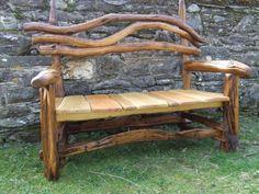 banc de jardin en bois brut forme originale accoudoir et dosseret en branches