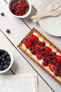 Tarte Fruits Rouges, Crème Vanillée & Biscuit Coco | Lilie Bakery