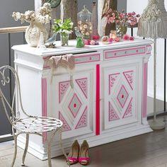 Meuble peint en blanc dont les moulures sont décorées de masking tape rose fluo
