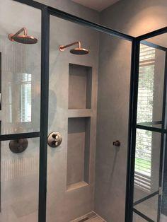 Badkamer in Béton Ciré Pro Original kleur Mist 2 uitgevoerd door JB Stuc Design uit Volendam.