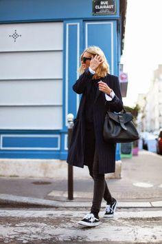 スニーカーと袖から見えるシャツの白がポイントとなっている全身ブラックコーディネート。髪色が明るい方はモノトーンコーデはより似合いそうです。