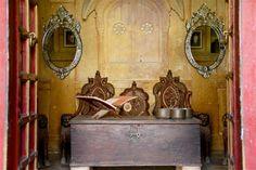 Miroirs vénitiens et coffre ancien.