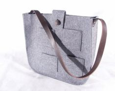 Grey voelde tote tas met gehaakte stoffen grijs door feltallovercom
