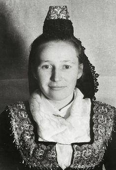 Porträt einer jungen Frau aus Hachborn in Marburger Tracht, um 1935  #Marburg #evangelisch