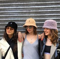 Nida 🧚🏼♀️ - Source by Fashion outfits Tomboy Fashion, 80s Fashion, Fashion Outfits, Vintage Fashion, Style Outfits, Outfits With Hats, Mode Outfits, Street Style Photography, Bucket Hat Outfit