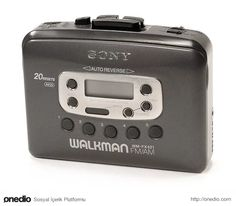 Being the only kid in class who had a cassette Walkman playe.- Being the only kid in class who had a cassette Walkman player instead of a CD one. Being the only kid in class who had a cassette Walkman player instead of a CD one. 90s Childhood, My Childhood Memories, Sweet Memories, Childhood Games, Childhood Friends, Cindy Crawford 90s, 90s Nostalgia, 80s Kids, The Good Old Days