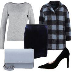 Amate le minigonne e le indossate anche in inverno? Allora questo outfit fa al caso vostro. La minigonna blu è stata abbinata ad un maglioncino grigio, ad un cappotto a quadri, a delle décolleté blu e ad una tracollina celeste.