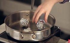 Παίρνει ένα τηγάνι και βάζει μέσα μπαλάκια αλουμινόχαρτου.. Το τι θα ακολουθήσει δεν θα το πιστεύετε!  #ΕΞΥΠΝΑΚΟΛΠΑ #χρήσιμα