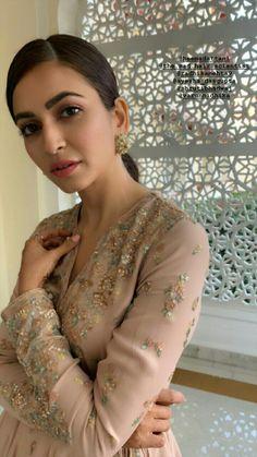Bollywood Actress Hot Photos, Bollywood Girls, Bollywood Stars, Photos Of Priyanka Chopra, Kirti Kharbanda, Girl Number For Friendship, Most Beautiful Models, Girls Gallery, Beautiful Girl Indian