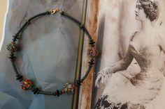 """Collier avec 4 perles polymère (ce sont mes perles """"trésor du Bengale"""" qui n'étaient pas encore montées), perles anciennes en verre, buna cord.  Sur la photo : Lina Cavalieri"""