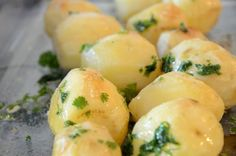 Oven Roasted Potatoes Oven roasting potatoes has got to be one of the easiest ways to cook potatoes. Stick them in the oven and you are free to work on the rest of the meal preparation. Mini Potatoes, Oven Roasted Potatoes, Parsley Potatoes, Carrots And Potatoes, How To Cook Potatoes, Roasted Carrots, Food Preparation, Cooking Time, Meals