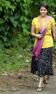 Woman's world 🐒🐒🐒👜👜👜 Beautiful Girl Indian, Beautiful Girl Image, Beautiful Saree, Beautiful Indian Actress, Beautiful Figure, Simply Beautiful, Beautiful Women, Cute Young Girl, Cute Girls