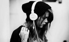 IMAGENS753: Mulher-ouvindo-música