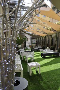 Benvenuti al Fuorisalone dell'Ordine degli Architetti di Milano, dal 16 al 22 Aprile 2012. In primo piano un alberello luminoso Blanchere . (foto di Stefano Suriano)