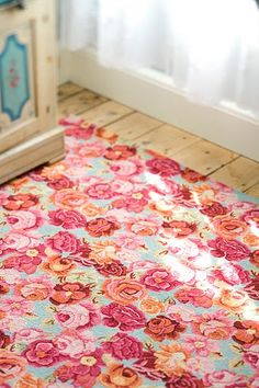 floral rug  that has that vintage vibe, love love!