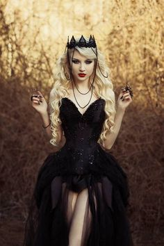 If you don't have any gothic fashion sense, this article is for you. There is absolutely no reason for you to look like a gothic fashion disaster. Dark Beauty, Gothic Beauty, Dark Fashion, Gothic Fashion, High Fashion, Steampunk Fashion, Gothic Mode, Looks Halloween, Dark Queen