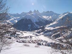Aan de voet van de Aiguilles d'Arves ligt op 1600 meter hoogte het kleine en knusse wintersportdorp St. Jean d'Arves. De oefenweide voor beginners ligt op steenworp afstand van uw chalet of appartement. Ook voor de (meer) gevorderde skiër zijn er volop mogelijkheden. Het dorp heeft een directe aansluiting met het skigebied Les Sybelles. Snowboarders kunnen terecht in het funpark en bij de geweldige boardercross.