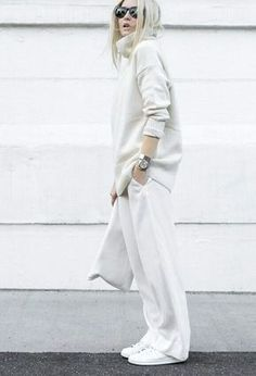 Figtny is a picture in all-white! We love this roll neck sweater and wide leg trousers combination. Casual Chic, Style Casual, White Casual, White Style, Style Désinvolte Chic, Mode Style, White Fashion, Look Fashion, Fashion Outfits