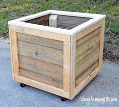 How to Build a Rolling Planter Box: Complete step-by-step tutorial with photos. Wooden Planter Boxes Diy, Square Planter Boxes, Planter Box Plans, Wood Pallet Planters, Cedar Planter Box, Patio Planters, Wooden Diy, Pallet Fence, Horticulture