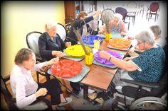 Maison de retraite ETOILE DU MATIN ,EHPAD,Tout le monde est affairé à égrener les brins de cette jolie fleur, afin de confectionner des sachets de lavande
