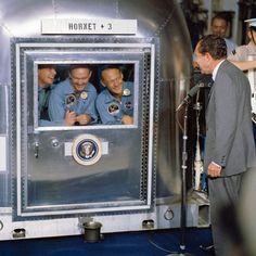 A tripulação da Apollo 11 sendo visitada por Richard Nixon em Uma instalação de quarentena móvel em 1969. Naquela época, o mecanismo era utilizado para evitar a propagação de doenças contagiosas na lua.