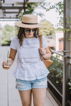 Hobby Noiva E Madrinhas Tiffany - New Hobby Inspiration - Hobby Quotes Hindi - Hobby Horse Fohlen Summer Shorts Outfits, Short Outfits, Casual Outfits, Girl Outfits, Summer Weekend Outfit, Hobbies For Women, Blouse Styles, Clothes For Women, My Style
