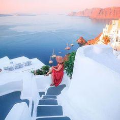 Santorini ... w/ @merveceranphoto #Oia #Santorini #Greece . . . . #earthpix #liveofadventure #artofvisuals #wildernessculture #agameoftones #greatnorthcollective