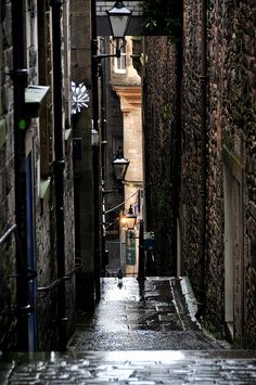 The Old Town, Edinburgh, Scotland. Really narrow ancient streets inside the capital of Scotland - Edinburgh. Glasgow, Edinburgh City, Oh The Places You'll Go, Places To Travel, Places To Visit, Santa Cruz Bolivia, Magic Places, Famous Castles, Old Street