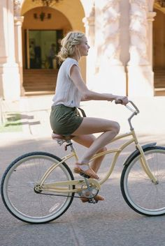 """""""Cycle chic on beach cruiser """" Cycle Chic, Bicycle Women, Bicycle Girl, Cycling Girls, Women's Cycling, Cycling Jerseys, Bike Style, Lookbook, Mode Outfits"""